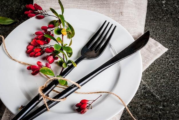 가 음식 장면 개념입니다. 추수 감사절 저녁 식사, 칼 칼 세트로 어두운 돌 테이블, 장식 처럼가 열매와 포크. 검은 장면. 공간 복사