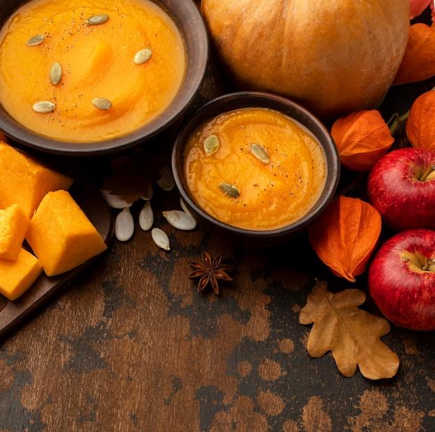 가을 음식 수프와 사과