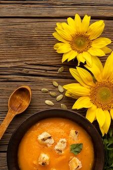 Zuppa di cibo autunnale e fiori