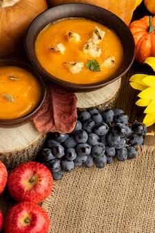 Zuppa di cibo autunnale e frutta su tessuto di juta