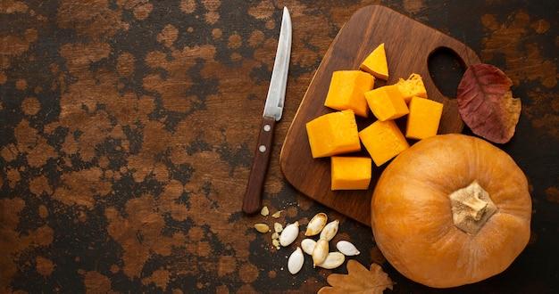 Zucca e coltello interi dell'alimento di autunno