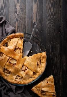 가을 음식. 어두운 나무 테이블에 홈메이드 애플 파이의 상위 뷰