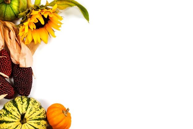 Осенняя рамка на белом. день благодарения, сбор урожая или осенняя концепция