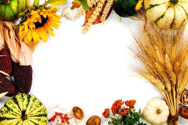 白の秋のフレーム。感謝祭の日、収穫または秋のコンセプト