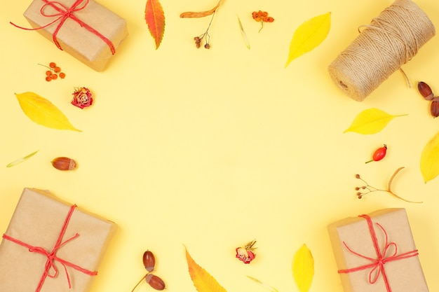ギフトボックスと紅葉の秋のフレーム