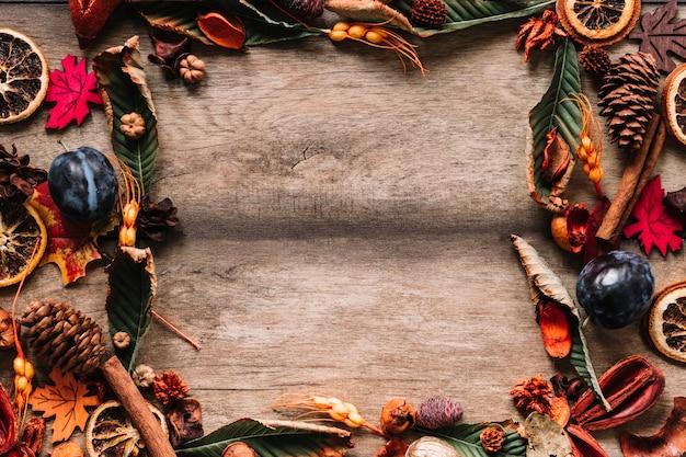 Осенняя рамка с многоцветными листьями и фруктами