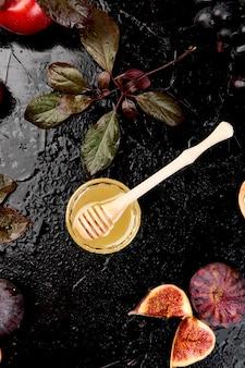 Осенние фрукты на темном столе