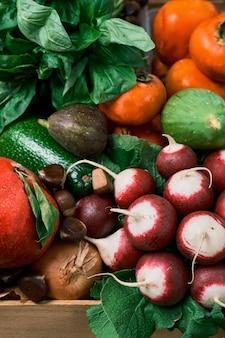 秋の果実。季節の果物や野菜が入った木箱