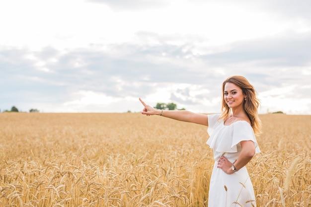 フィールドで自然を楽しむ秋の少女。無料の幸せな女性。