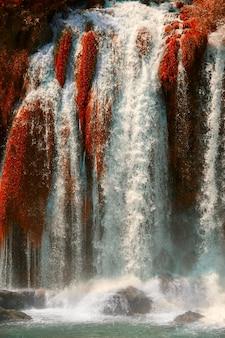 Осенний золотой водопад кравице на реке требизат в боснии и герцеговине.