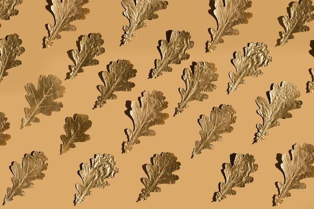 베이지 색에 가을 황금 marple 잎, 평평하다