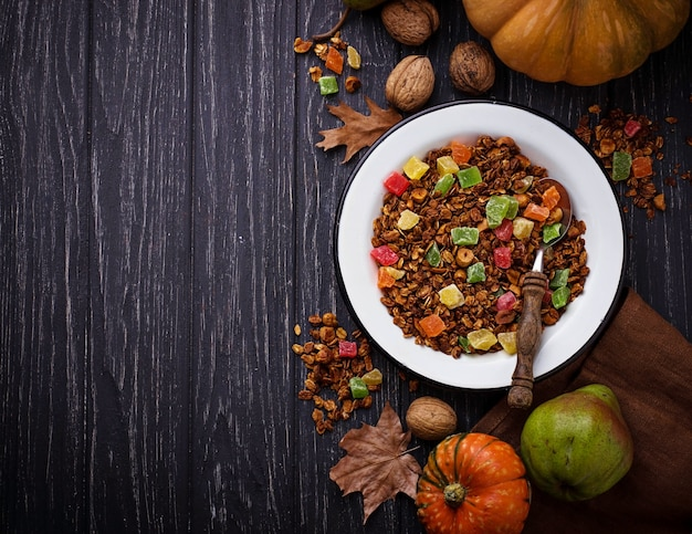 砂糖漬けの果物と秋のグラノーラ。セレクティブフォーカス