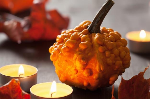 秋のハロウィンのカボチャとキャンドル