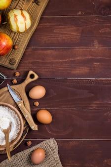 甘いケーキを焼くための秋の収穫りんご。 copyspaceの背景