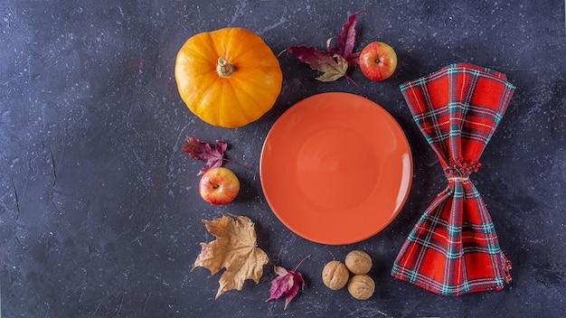 Праздник осеннего урожая и сервировка стола в день благодарения