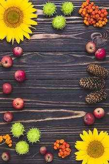 Рамка осеннего урожая с ягодами рябины и яблоками.