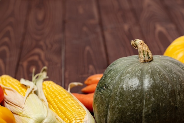 Осенний урожай тыквы и других овощей