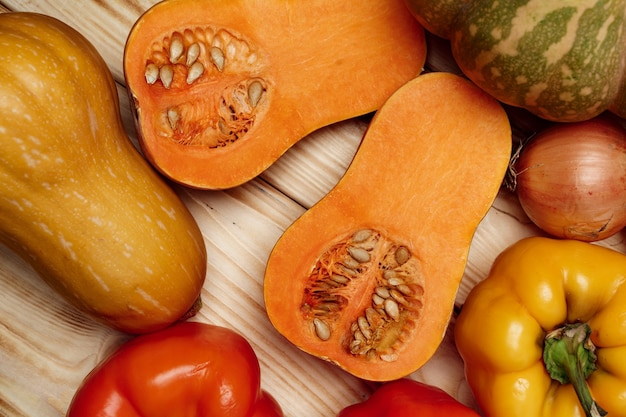 木の板のテーブルで野菜の秋の収穫