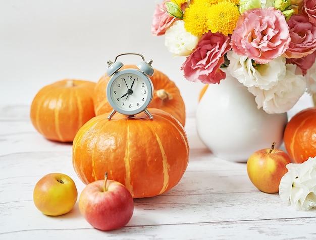 秋の収穫カボチャ。カボチャ、リンゴ、テーブルの上の花。感謝祭のテーブル。コピースペース。ハロウィーンや秋の季節。グリーティングカード。秋のキッチン。