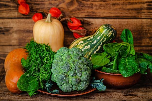 秋の収穫の静物。農村野菜の背景。カボチャ、ブロッコリー、ほうれん草、ディル