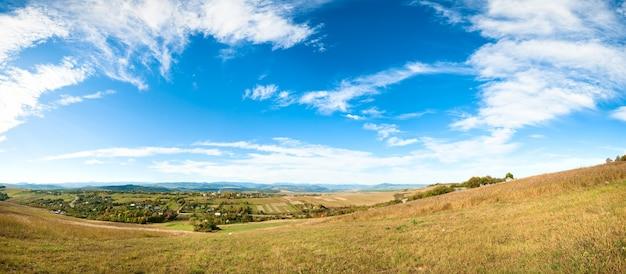 Осенняя панорама долины холмистой страны. изображение сшивается пятью кадрами.