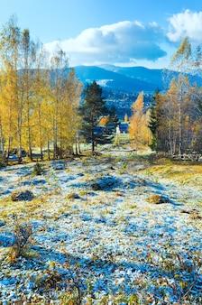 Осенний иней на поляне окраины горного села