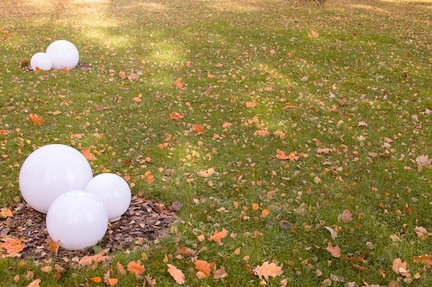 Осенний праздник парк круглые фонари. концепция осеннего времени