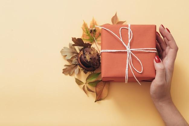 秋のホリデープレゼント。おめでとうございます。ギフト用の箱。花の装飾の構成。