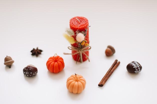Осенний домашний декор со свечами, уютная осенняя композиция, концепция с днем благодарения
