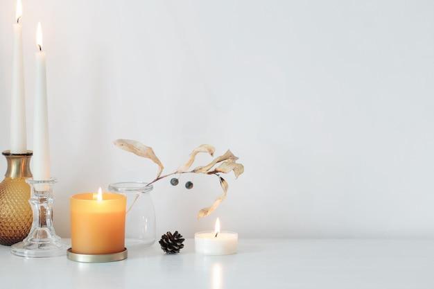 Осенние украшения для дома с зажженными свечами