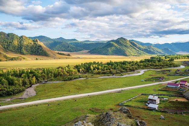 산 계곡의 가을 러시아 산 알타이 bichiktuboom 마을