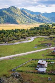 산 계곡의 가을 러시아 산 알타이 카라콜 강 계곡 bichiktuboom 마을