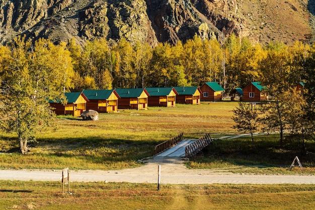 Chulyshman 계곡의 가을. 캠핑장 내 게스트하우스. 알타이, 러시아