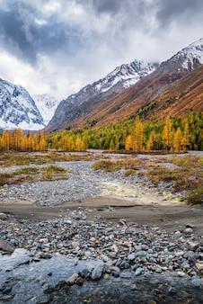 ロシア、アルタイ共和国、セヴェロチュイスキー山脈のアクトル川渓谷の秋