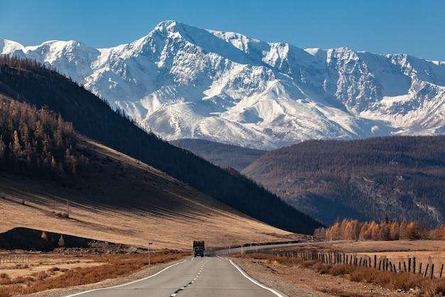 Осень в горном алтае. грузовик на дороге
