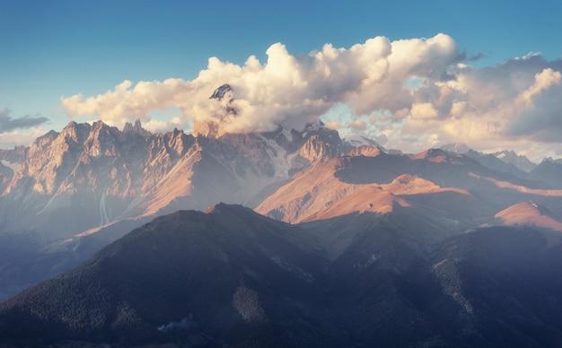 Осенний пейзаж и заснеженные горные вершины. вид на гору