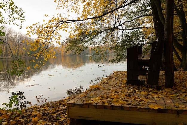 가을 풍경. 바람이 불지 않는 날씨에 물에 반영된 전망대가있는 저녁 호수.
