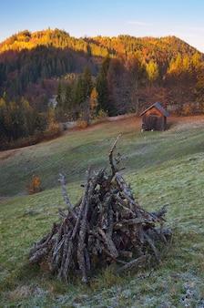 秋の風景。薪の牧草地。山の村の朝。木製の小屋。カルパティア山脈、ウクライナ、ヨーロッパ