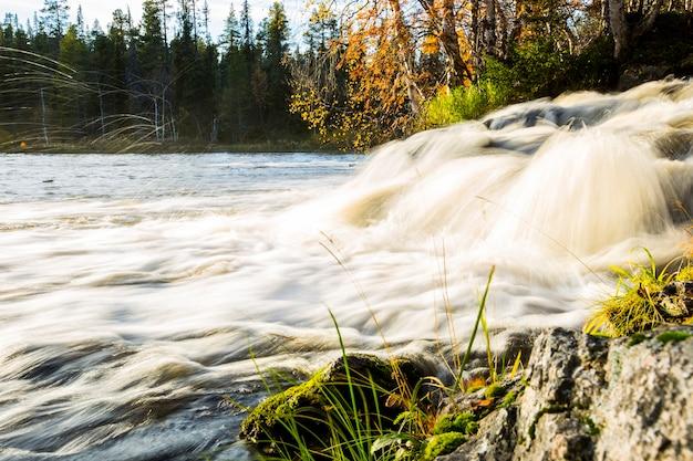 Осенний пейзаж в муонио, лапландия, северная финляндия