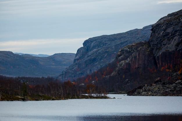 Осенний пейзаж в тундре, северная норвегия. европа.