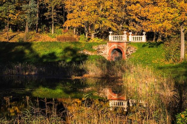 호수와 오래된 돌다리 근처의 가을 풍경.