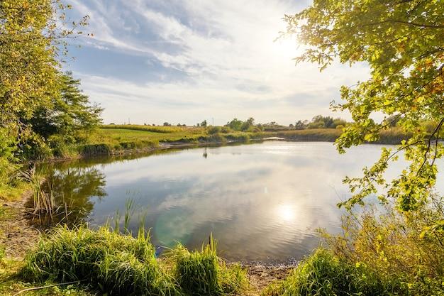 Осенний пейзаж красивого озера и голубого неба