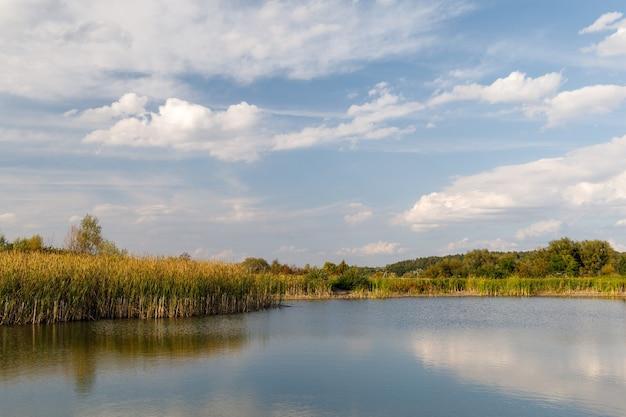 아름다운 호수와 푸른 하늘의 가을 풍경