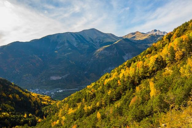 空に対して美しい山の秋の風景