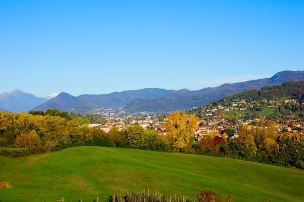 Осенний пейзаж полей и гор альп, ломбардия, италия