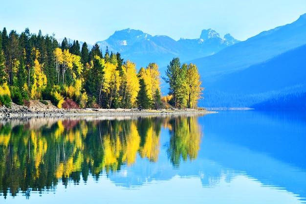 カナダのムース湖の秋の風景の反射