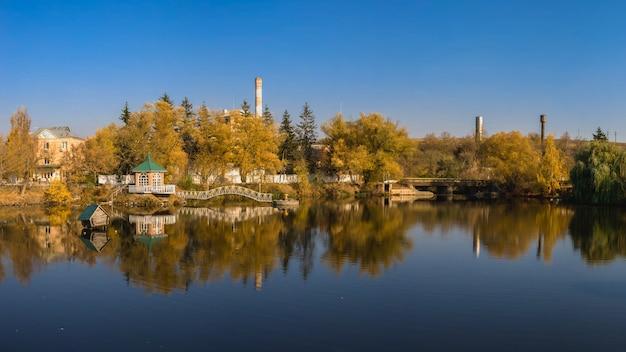 湖と黄色の木々のある秋の風景