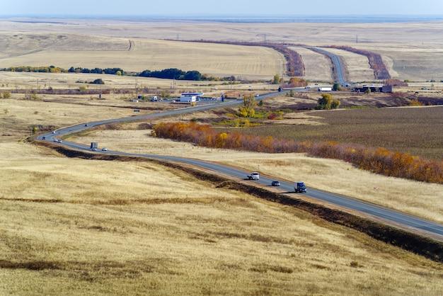 들판을 지나가는 고속도로가 있는 가을 풍경 러시아 고속도로 오렌부르크 사마라