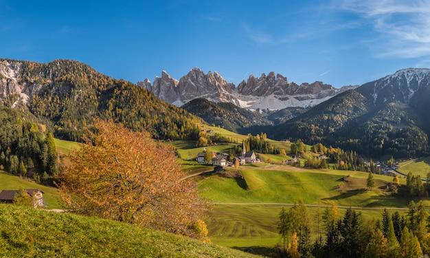 山のある秋の風景