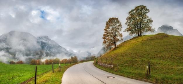 산, 안개와 도로 가을 풍경. 파노라마. 아름다운 나무와 하늘.